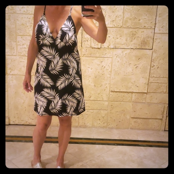 Missguided Dresses & Skirts - Misguided Palm Print Woven Midi Dress